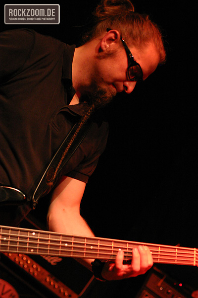 Torsten Reichert playing bass