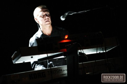 Gunter Werno playing keyboard