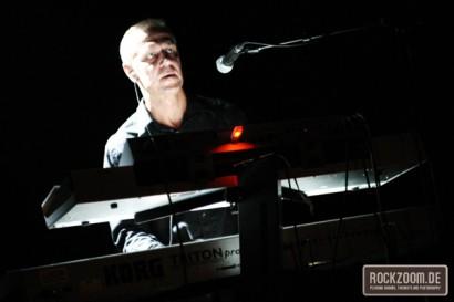 Gunter Werno playing keyboard